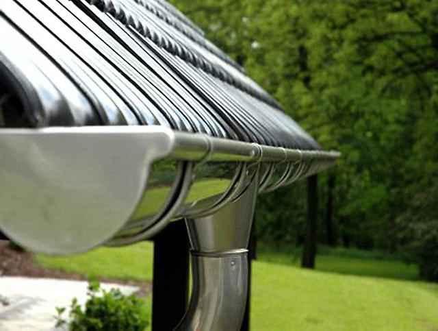 Металлический водосток для крыши загородного дома