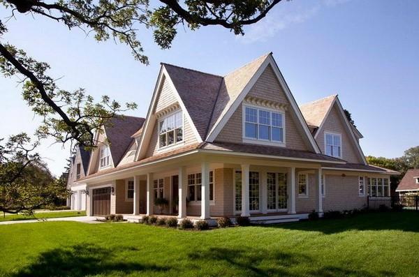 Оригинальный загородный дом с многощипцовой крышей