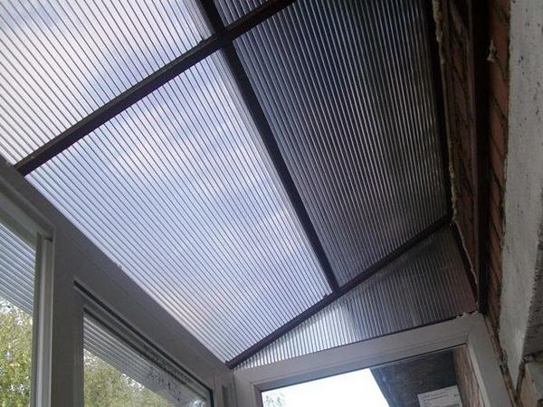 Крыша над балконом из сотового поликарбоната