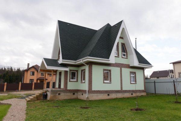 Загородный дом с многощипцовой крышей