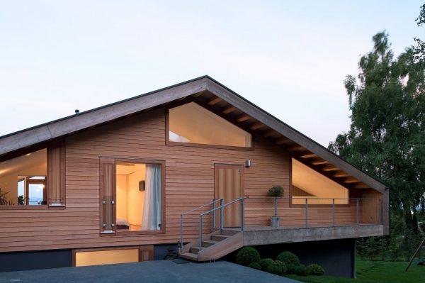 Малоуклонная двускатная крыша загородного дома