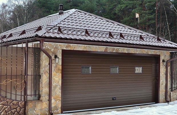 Отапливаемый гараж с вальмовой крышей