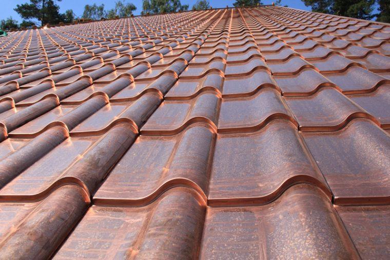 Крыша покрытая медной металлочерепицей