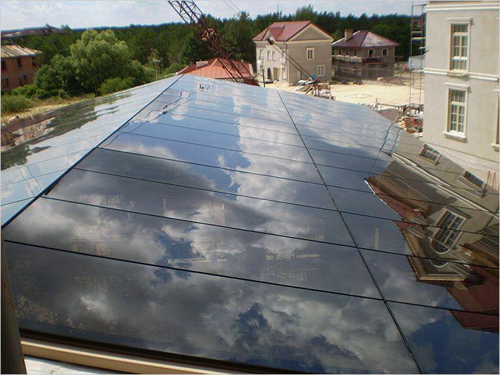 Двускатная стеклянная крыша без видимого каркаса