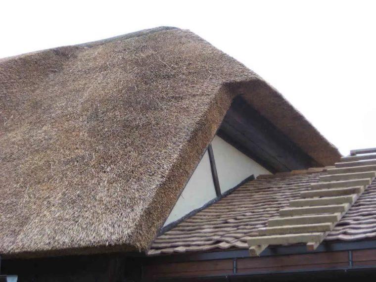 Для крыши из соломы не требуется дополнительное утепление и вентиляция