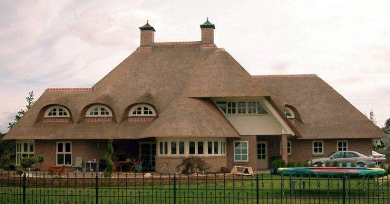 Крыша из камыша имеет привлекательный внешний вид и хорошие теплоизоляционные свойства
