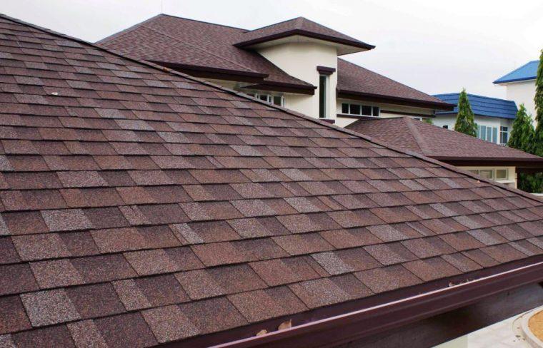 Крыша коттеджа покрытая мягкой черепицей Шинглас