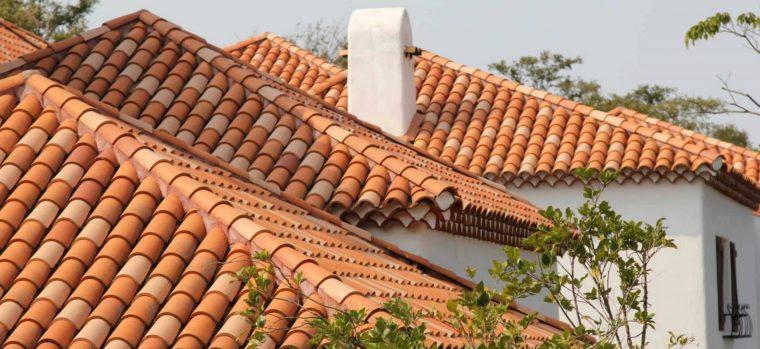 Крыша из натуральной черепицы имеет привлекательный внешний вид и долгий срок службы