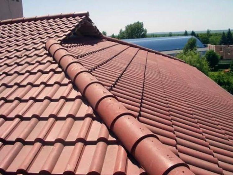 Крыша дома из полимерно-песчаной черепицы