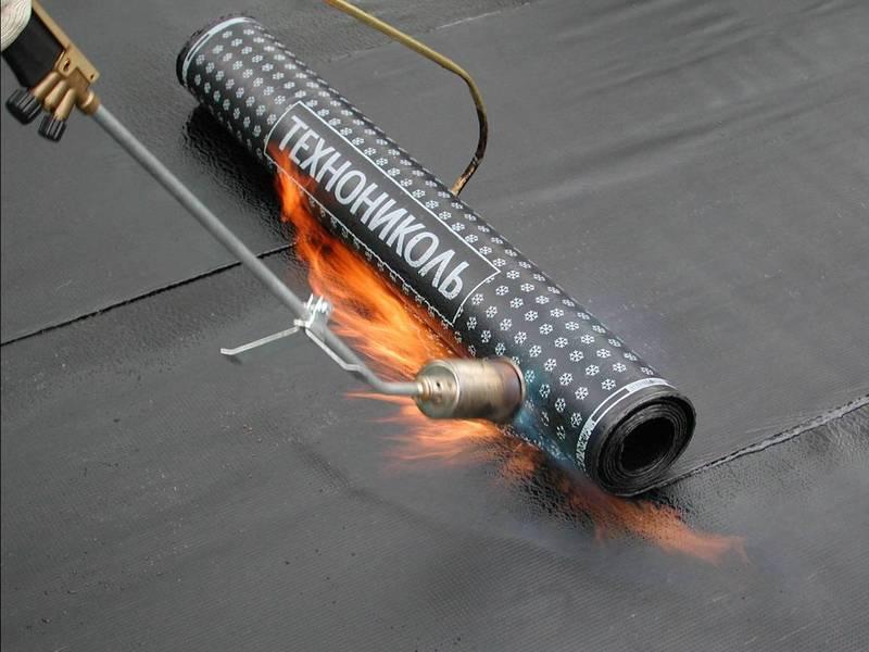 Работа с газовой горелкой на крыше