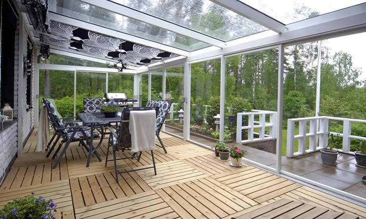 Прозрачная крыша из полимерных материалов над террасой