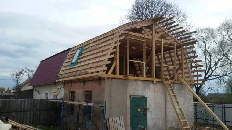 Строительство ломаной мансарды с наклонным окном