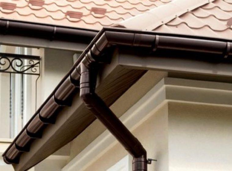 Пластиковый водосток для крыши