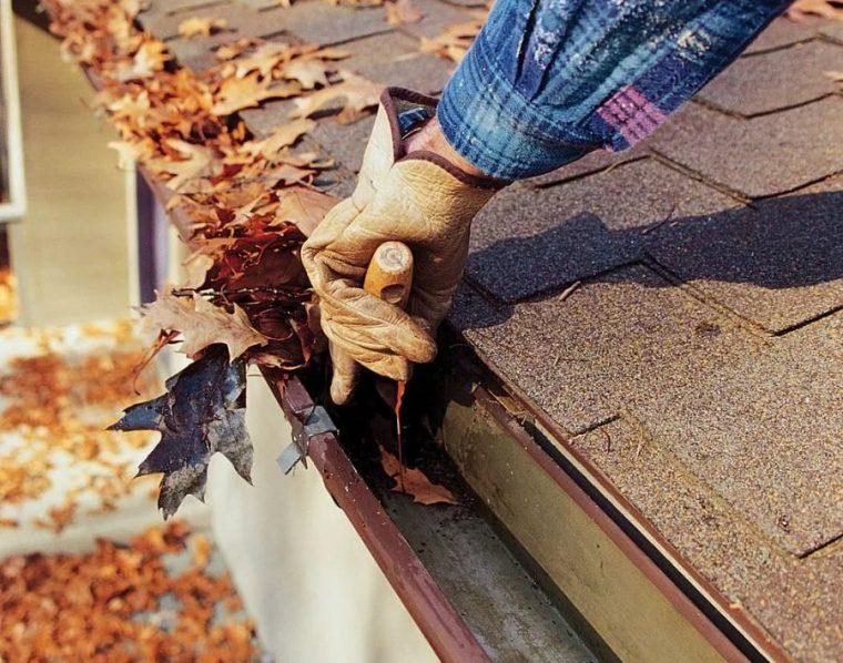 Прочистка желобов крыши гаража
